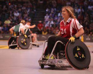 Dame i aktiv rullestol