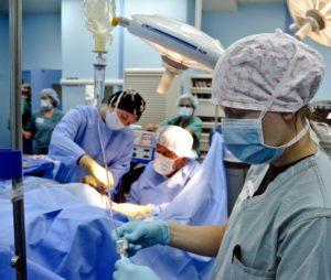 kirurgi i en operasjonssal